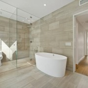 Однородная облицовка на полу и стенах ванной