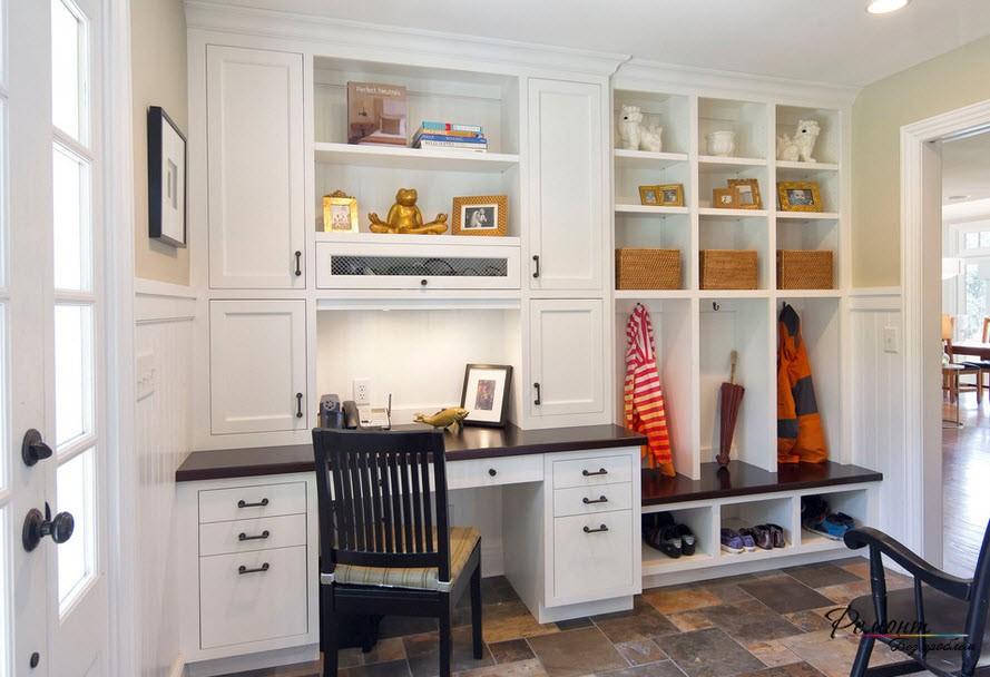 Интересным и полезным может быть освещение, встроенное в мебель