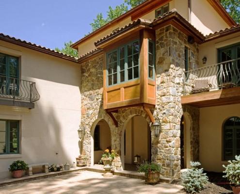 Деревянный эркер на каменном фасаде