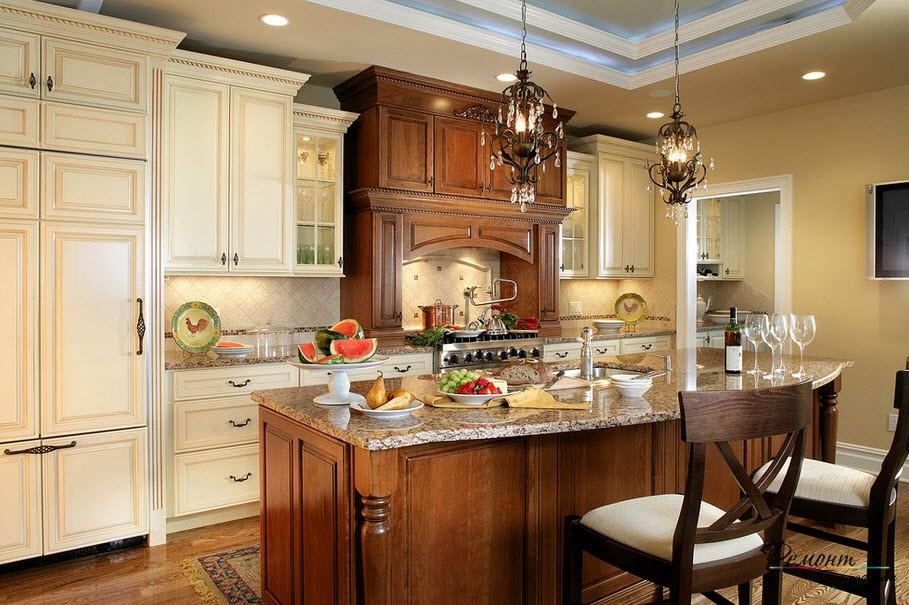 Красивый классический интерьер кухни с хрустальными светильниками