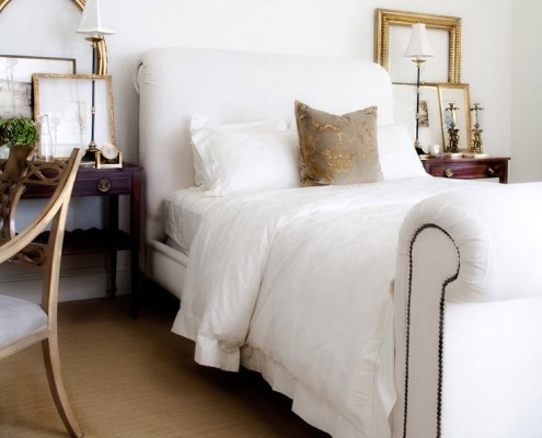 Использованная умеренно позолота в интерьере белой спальни