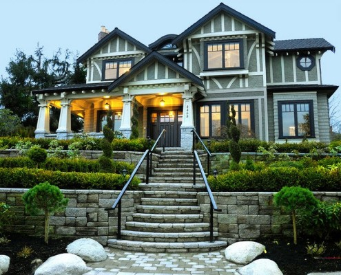Большой дом с серыми фасадами