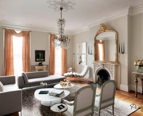 И сегодня комната с камином выглядит стильно, красиво и уютно
