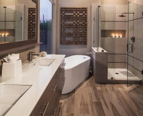 Просторная ванная с контрастной мебелью