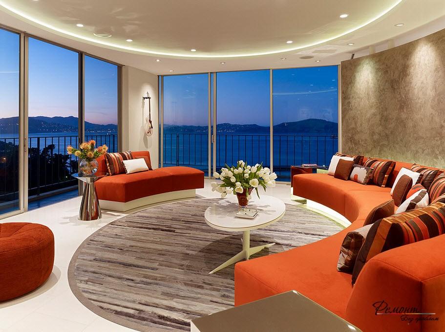 Круглая гостиная с большими окнами