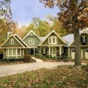 Оливковый фасад дома с белой отделкой - крайне эффектно