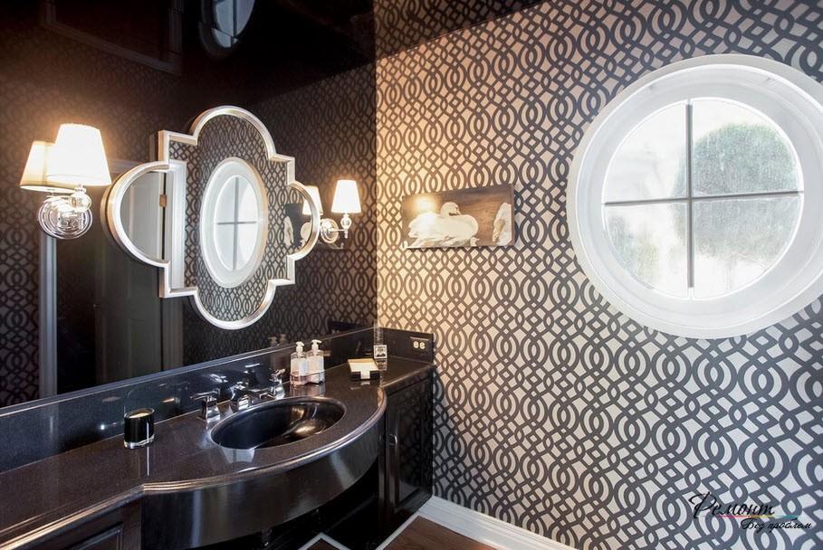 Отражающая глянцевая черная стена эффектно смотрится в интерьере ванной комнатые
