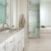 Стильная ванная в светлых тонах