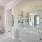 Мраморные полки в ванной комнате