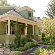 Белый отлично сочетается с зеленым - красивый дом