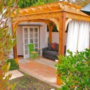 Очень уютная деревянная беседка\. пристроенная к дому