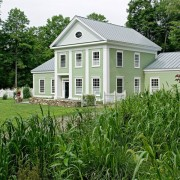 Красивый светло-зеленый дом с белой отделкой