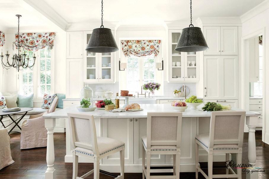 Кухня порой превращается в столовую и даже в гостиную