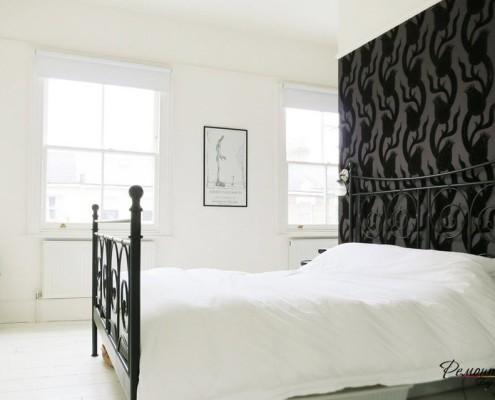 Белоснежная спальня с яркой стеной