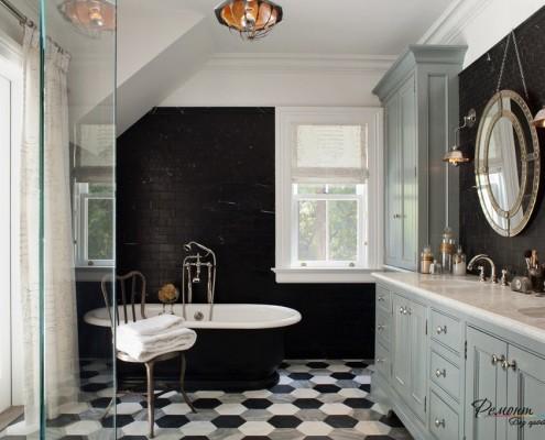 Ванная с черной стеной