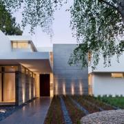Двухэтажное строение с прямыми контурами