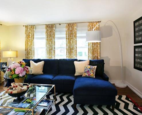 комната с белыми стенами и яркими элементами
