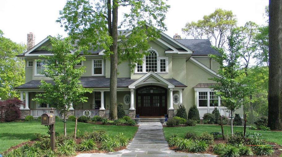 Эффектный дом с фасадом благородного светло-зеленого оттенка