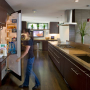 Какой выбрать дизайн кухни с холодильником