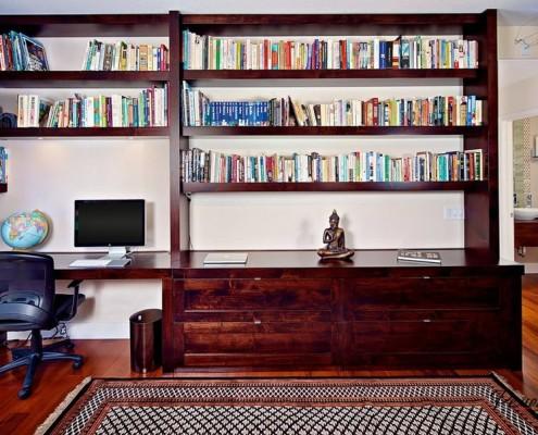 Компьютерный стол и книжные полки