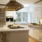 Оформление угла кухни окнами