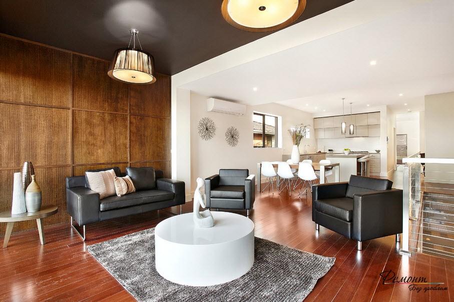 Стильный интерьер гостиной с черным потолком