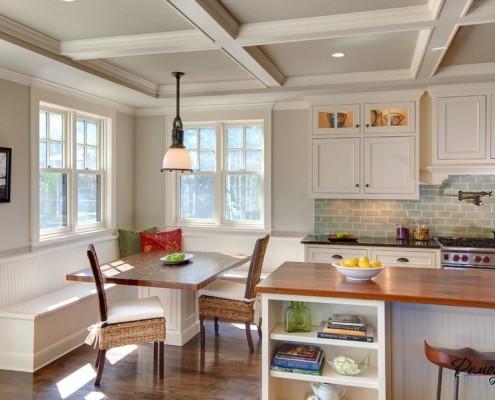 Кухня в светлых тонах с двумя окнами