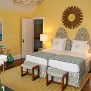 Спальня в солнечных тонах