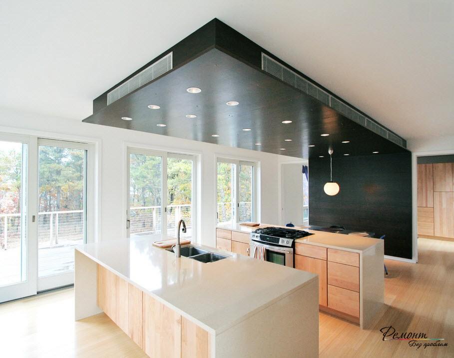Черный потолок в кухне подразумевает использование простой мебели желательно цвета натурального дерева