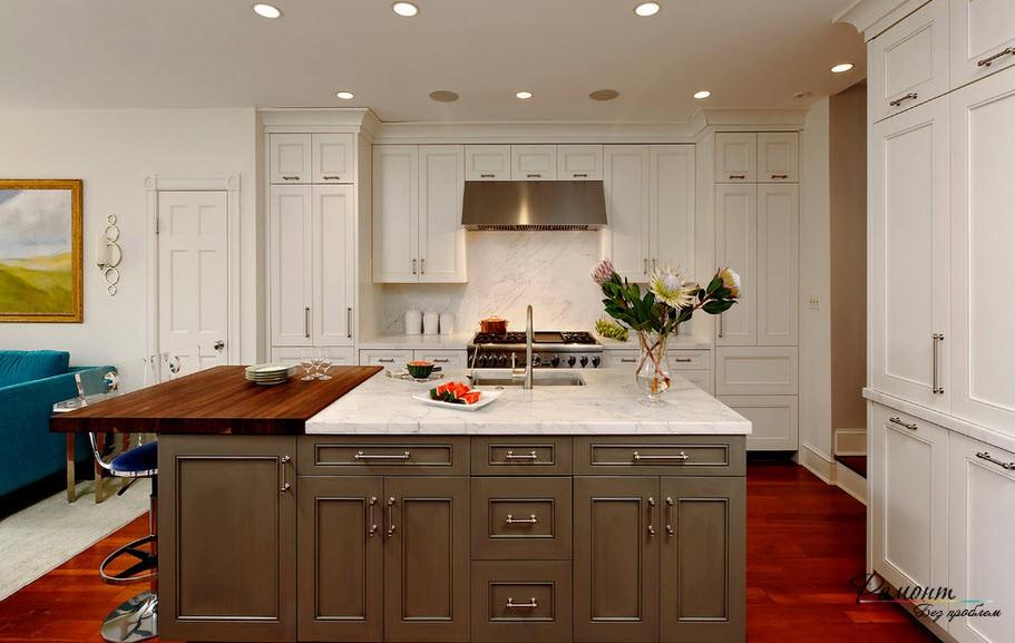 коричневый стол с белой столешницей на кухне