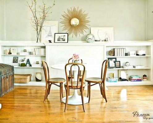 Круглый стол посередине со стульями