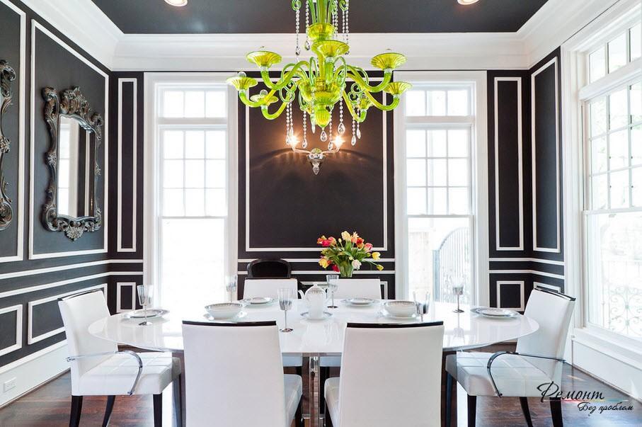 Классическое черно-белое сочетание в интерьере столовойс черным потолком