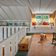 Конструктивные особенности мансарды предоставляют широкие возможности оформления как помещения, так и окон
