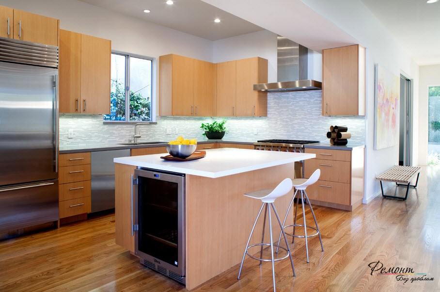 Холодильник стального цвета обязательно следует поддержать дургими предметами техники из нержавейки