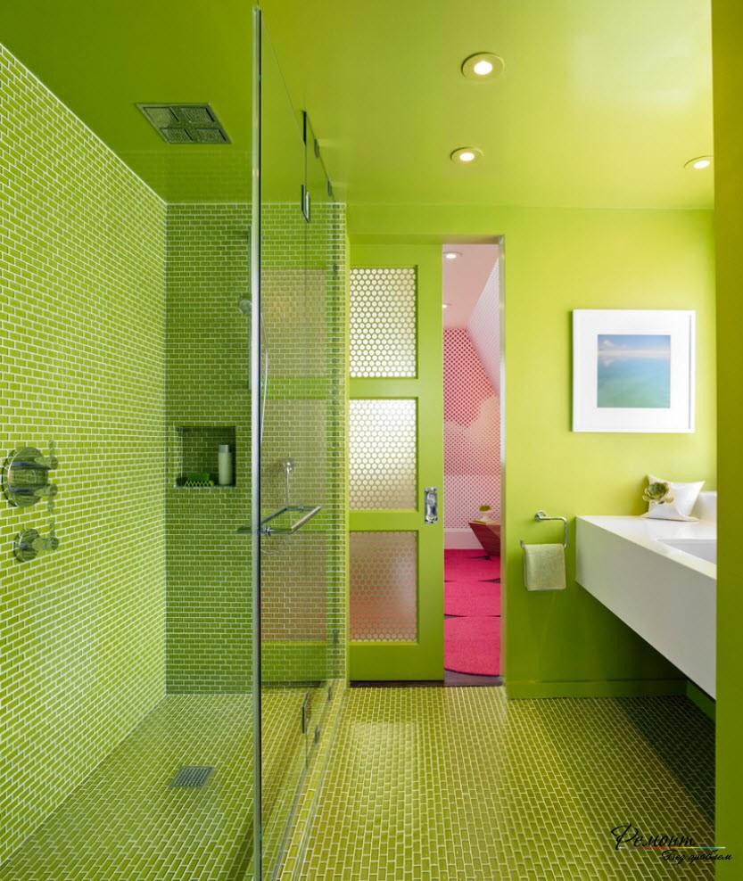 Яркий интерьер, созданный при помощи насыщенного зеленого цвета