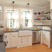 Раковина мжду двумя кухонными окнами
