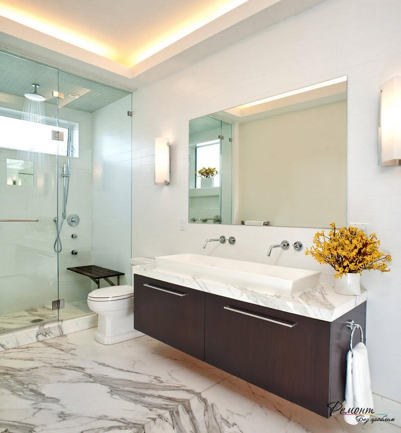 Красивый вариант потолочной подсветки по всему периметру ванной комнаты