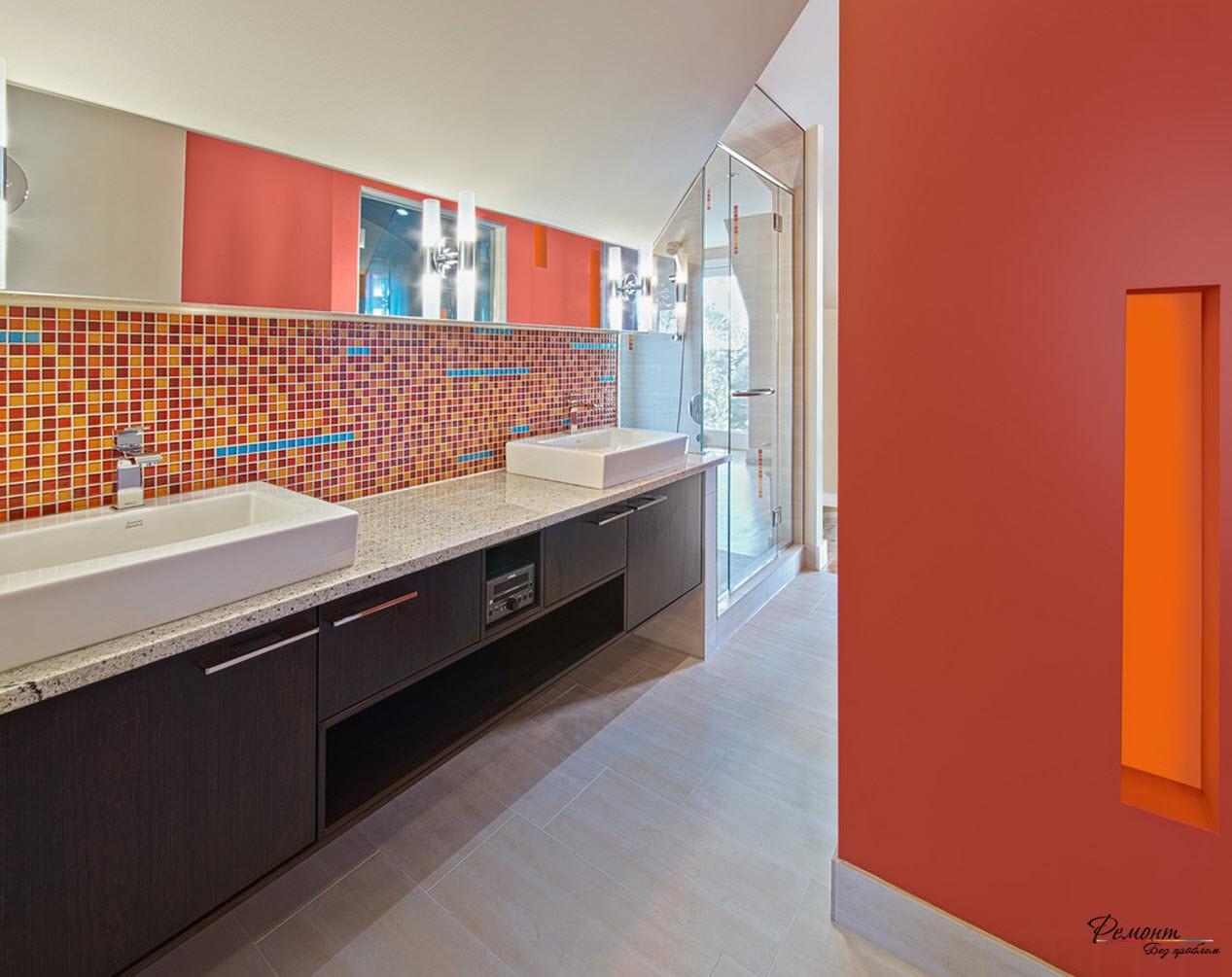 В комбинацию красного и белого введен дополнительный оранжевый цвет в качестве фрагмента