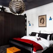 Черный потолок и белые стены - стильный интерьер спальни
