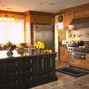 Очеь красиваыя кухня с холодильник, встроенным в мебель