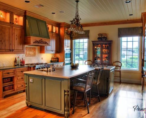 Шкаф между окнами на кухне