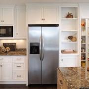 Встроенный в кухонную мебель холодильник экономит место на маленькой кухне