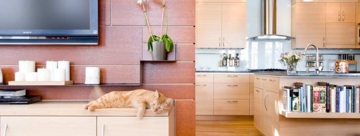 Телевизор на стене гостиной, совмещенной с кухней