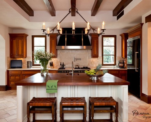 Кухня с двумя окнами, оформленная деревом