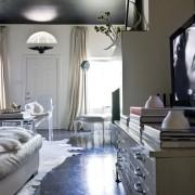 Красивый интерьер спальной с черным потолком, поддержанным другим предметом интерьера