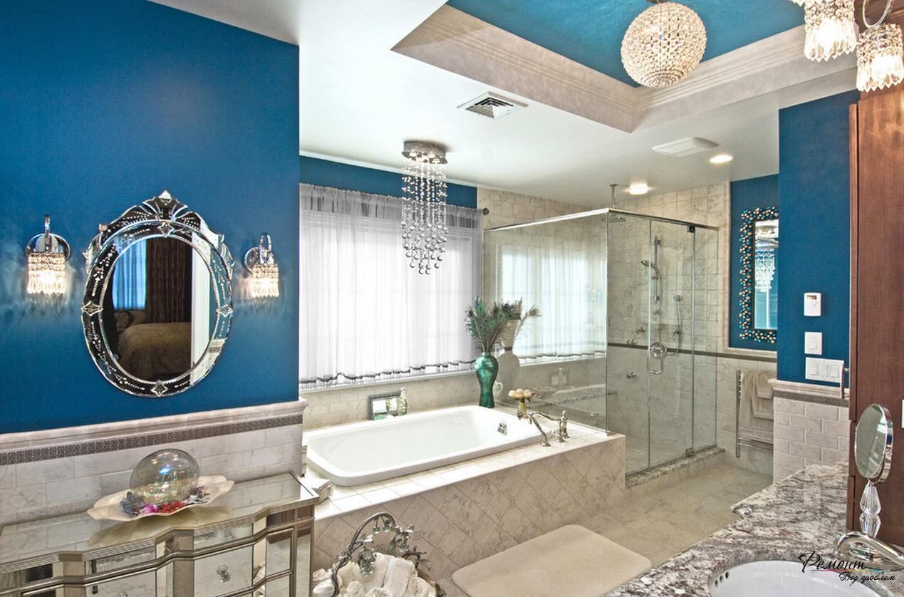 Яркий интерьер ванной комнаты с использованием синего цвета, который присутствует в меру