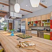 Островная вытяжка на дизайнерской кухне