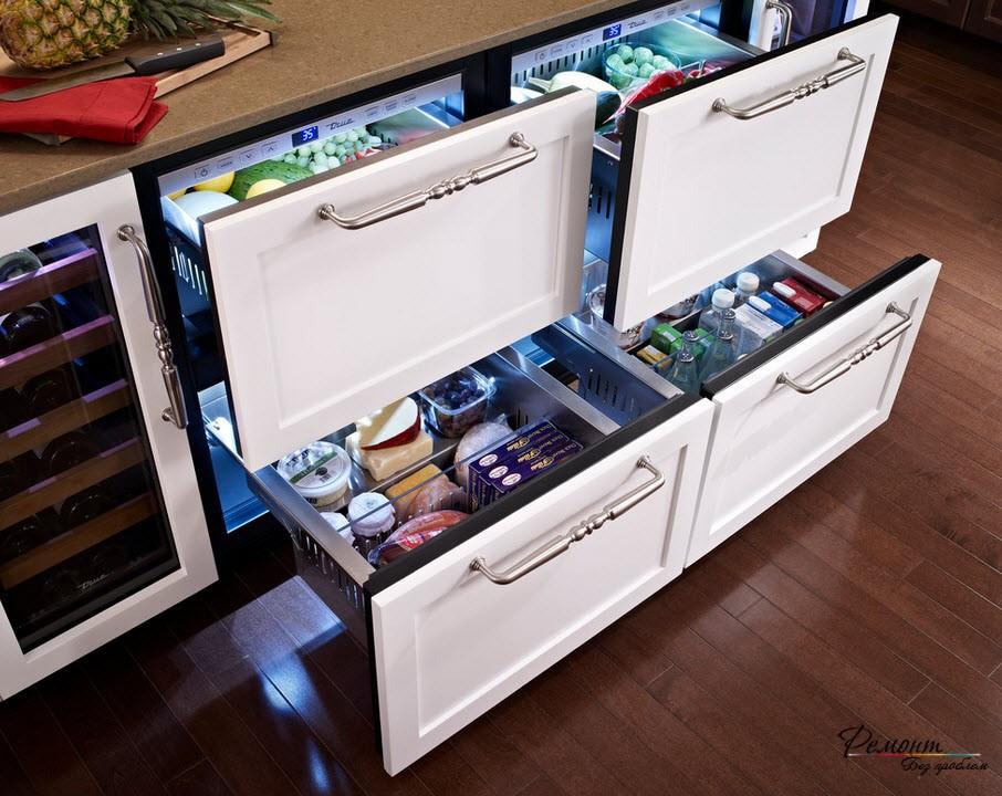 Холодильник, размещенный под рабчей поверхностью - необыкновенно удобно на тесной кухне