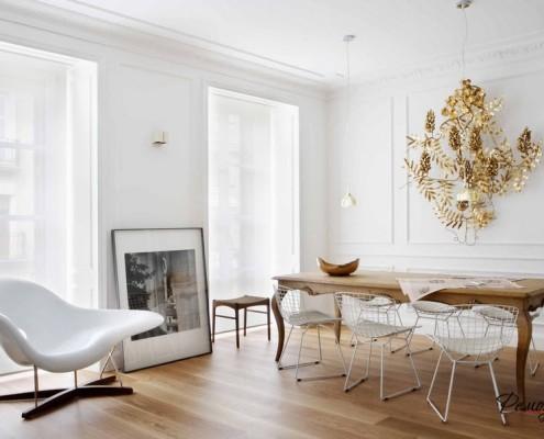 Белое пластиковое кресло слева