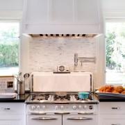 Функциональное пространство между окнами на кухне